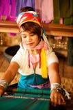 El retrato de la muchacha de Kayan Lahwi está tejiendo Foto de archivo