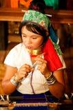 El retrato de la muchacha de Kayan Lahwi está tejiendo Fotografía de archivo libre de regalías