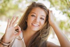 El retrato de la muchacha de la raza mezclada con la muestra aceptable de la mano aventaja Fotografía de archivo
