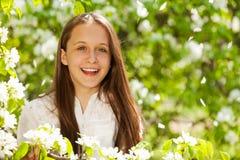 El retrato de la muchacha de risa con la pera blanca florece Fotografía de archivo libre de regalías