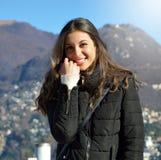 El retrato de la muchacha dulce con ropa del otoño invierno sonríe en la cámara afuera Fotografía de archivo libre de regalías