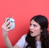 El retrato de la muchacha en la mirada del caos asustó en el reloj Fotos de archivo libres de regalías