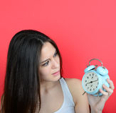 El retrato de la muchacha en la mirada del caos asustó en el reloj contra vagos rojos Fotos de archivo