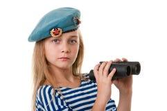 El retrato de la muchacha en la tropa está tomando, con los prismáticos adentro Imágenes de archivo libres de regalías