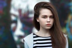 El retrato de la muchacha en una chaqueta rayada Fotografía de archivo libre de regalías