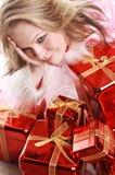 El retrato de la muchacha feliz con los regalos Imagen de archivo libre de regalías