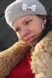 El retrato de la muchacha hermosa en invierno arropa Foto de archivo