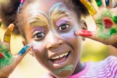 El retrato de la muchacha linda con compone la sonrisa Imagen de archivo