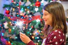 El retrato de la muchacha linda que mira el fuego chispea fotografía de archivo libre de regalías