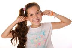 El retrato de la muchacha morena alegre hermosa del niño construye un mono sonriente de la cara Fotos de archivo libres de regalías