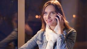 El retrato de la muchacha que marca el teléfono 4K metrajes