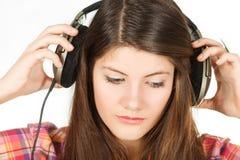 El retrato de la muchacha que saca las auriculares Fotografía de archivo libre de regalías