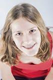 El retrato de la muchacha sonriente del adolescente con los dientes orales dentales corrige Foto de archivo libre de regalías