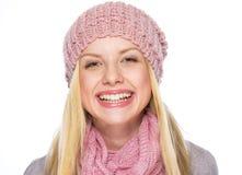 El retrato de la muchacha sonriente del adolescente en invierno viste Fotos de archivo
