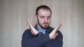 El retrato de la muestra de la parada de la demostración del hombre joven, aversión, rechazando gesto, discrepa muestra, cruzando metrajes