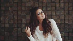 El retrato de la mujer bonita anhelante joven con brillante compone la sonrisa y la presentación almacen de metraje de vídeo