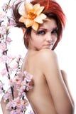 El retrato de la mujer con la cereza florece en blanco fotos de archivo libres de regalías