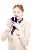 El retrato de la mujer de negocios feliz inhaló el olor del café, aislado Fotografía de archivo libre de regalías