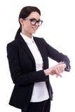 El retrato de la mujer de negocios joven comprueba tiempo en su reloj Imagenes de archivo