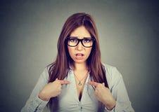 ¿El retrato de la mujer enfadada enojada que le pregunta que habla conmigo, usted me significa? Imagen de archivo libre de regalías