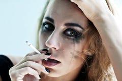El retrato de la mujer fuma Fotografía de archivo