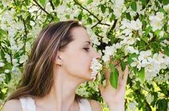 El retrato de la mujer hermosa con el manzano florece Imagenes de archivo