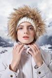 El retrato de la mujer hermosa en invierno viste con la piel fotografía de archivo