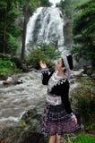 El retrato de la mujer hermosa goza con la cascada Imagen de archivo libre de regalías