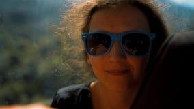 El retrato de la mujer hermosa joven se alza en funicular almacen de metraje de vídeo