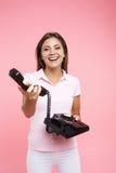 El retrato de la mujer joven en equipo casual fresco hace phonecalls Fotografía de archivo