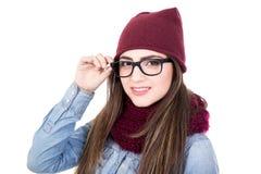 El retrato de la mujer joven en ropa y vidrios del invierno aisló o Foto de archivo