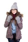El retrato de la mujer joven en ropa y vidrios del invierno aisló o Imagen de archivo libre de regalías