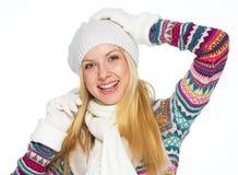 El retrato de la mujer joven feliz en invierno viste Imagen de archivo