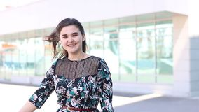 El retrato de la mujer joven muy feliz y disfruta emoción humana positiva almacen de video