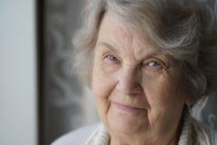 El retrato de la mujer mayor madura sonriente envejeció 80s Foto de archivo libre de regalías