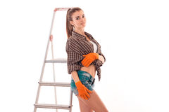 El retrato de la mujer morena sexual joven del edificio con la escalera hace la renovación y la presentación en la cámara aislada Imagenes de archivo