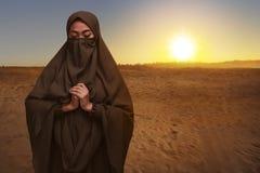 El retrato de la mujer musulmán asiática en niqab viste la rogación Fotos de archivo