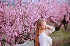 El retrato de la mujer preciosa joven en primavera florece imágenes de archivo libres de regalías