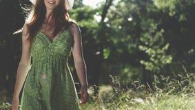 El retrato de la mujer relaja concepto bonito al aire libre de la naturaleza Foto de archivo libre de regalías