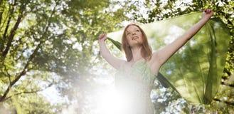 El retrato de la mujer relaja concepto bonito al aire libre de la naturaleza Foto de archivo