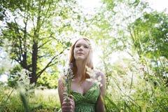 El retrato de la mujer relaja concepto bonito al aire libre de la naturaleza Fotografía de archivo libre de regalías