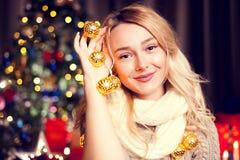El retrato de la mujer rubia hermosa en la Navidad adornó interi Fotografía de archivo