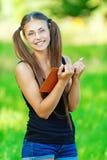 La mujer sonriente leyó el libro Imagenes de archivo