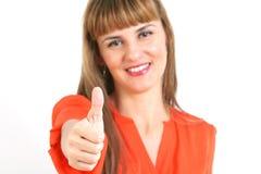 El retrato de la mujer sonriente feliz joven que muestra los pulgares sube gesto, Imagenes de archivo