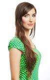 El retrato de la mujer sonriente feliz se vistió en una blusa verde Imagenes de archivo