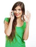 El retrato de la mujer sonriente se vistió en una blusa verde, aislada encendido Fotografía de archivo