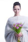 El retrato de la mujer joven de la belleza con el manojo de primavera florece Fotografía de archivo libre de regalías