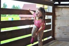 El retrato de la niña que gritaba hacia fuera con los ojos se cerró ruidosamente Fotos de archivo libres de regalías