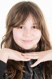 El retrato de la niña sonriente feliz se vistió en negro Fotos de archivo
