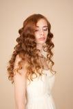 El retrato de la novia con el peinado rizado y el maquillaje hermoso miran Fotografía de archivo